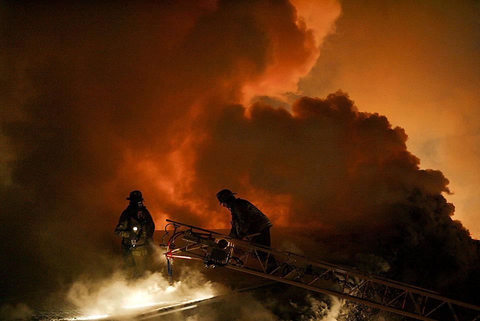 2. Пожарные тушат огонь в Блумсберге, штат Пенсильвания. Пожар оставил 11 человек без дома в среду ночью. (Jimmy May/Bloomsburg Press Enterprise via Associated Press)