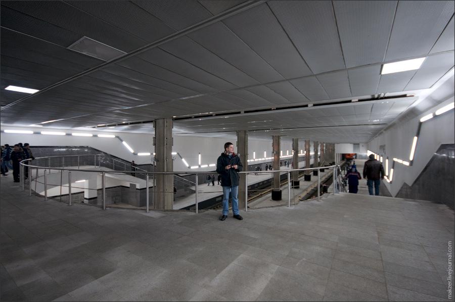 2) Станция имеет три вестибюля, которые обеспечат два выхода непосредственно на тротуар, два выхода в подземные пешеходные переходы и два выхода в надуличные переходы, соединенные с выставочными павильонами.