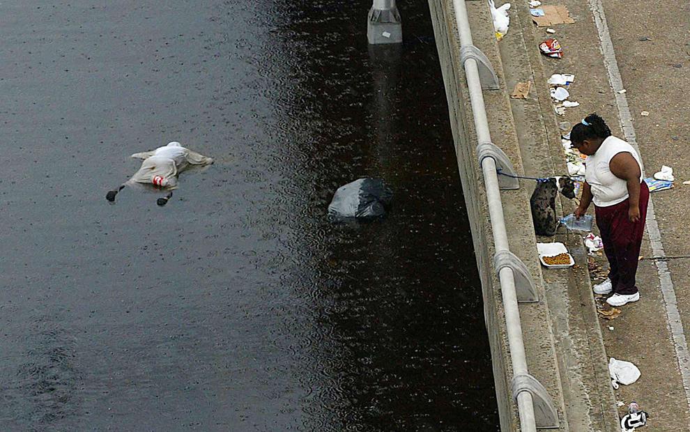 23. Тело жертвы урагана Катрина плывет в реке в Новом Орлеане 1 сентября 2005 года. Катрина стал самым «дорогим» ураганом, унесшим жизни 1800 человек. (JAMES NIELSEN/AFP/Getty Images)
