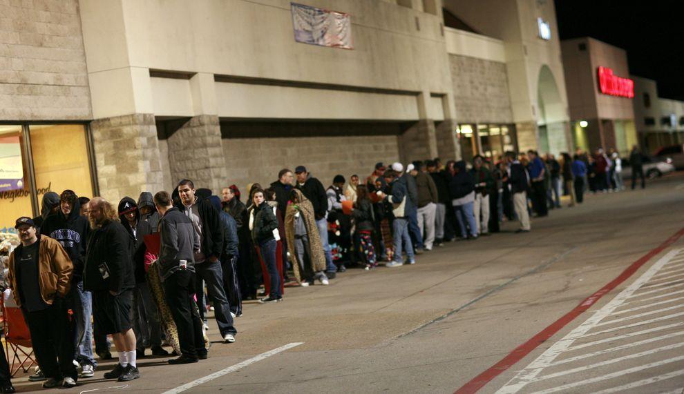 """2) """"Черная пятница"""" - первый день рождественских скидок. Люди занимают очередь еще до открытия магазина. (EPA / 27 ноября 2009/ США, Техас)"""