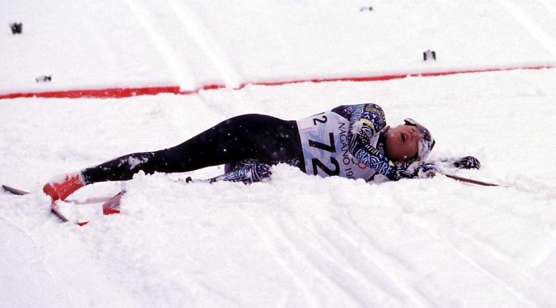 2) Изможденная Катерина Нойманова из Чехии падает после финишной линии, которую она пересекла со временем 17:42.7, заняв второй место в женской лыжной гонке на 5 км на Зимней Олимпиаде Нагано 10 февраля. (hr/Heinz Ruckemann UPI)