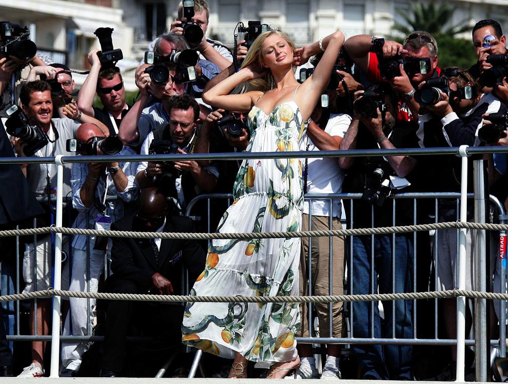 24. Пэрис Хилтон позирует на фотосессии у отеля «Карлтон» на 58-ом Каннском кинофестивале 13 мая 2005 года. (REUTERS/Eric Gaillard)