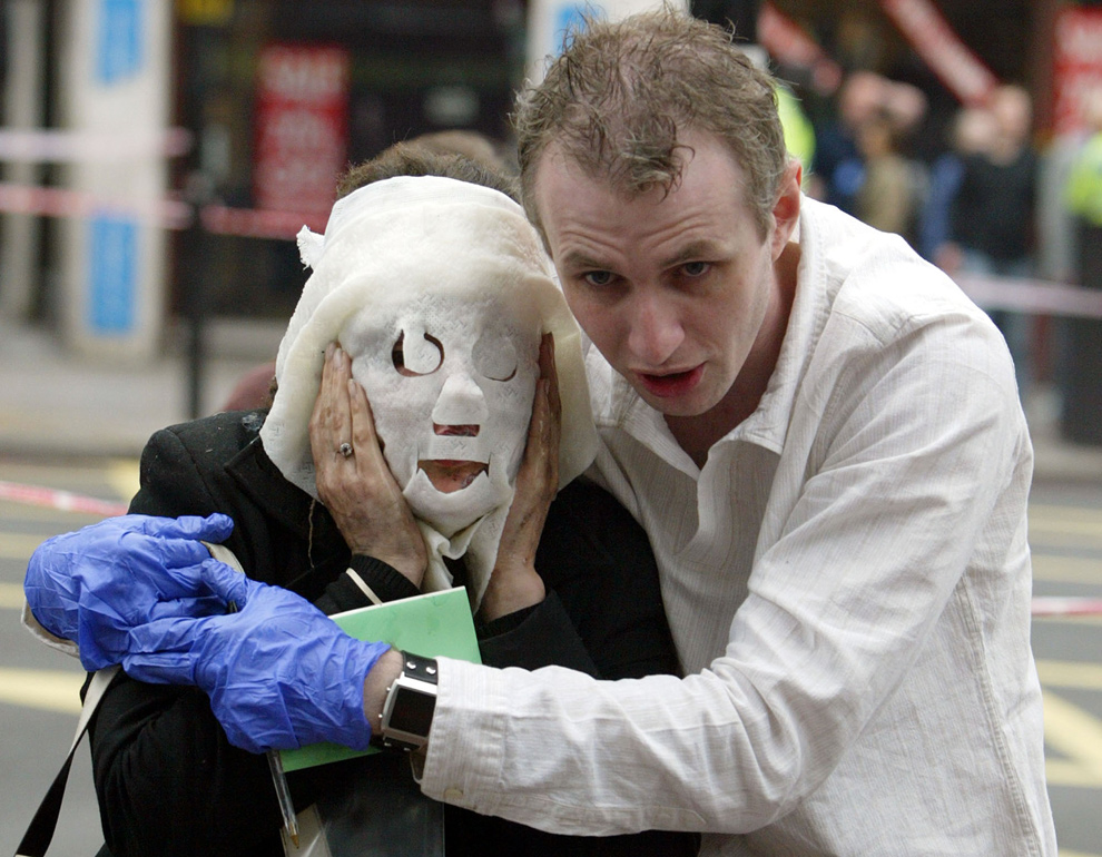 25. Пол Дадж (справа) помогает раненой пассажирке метро Давинии Таррелл на станции Edgware Road в Лондоне после целой серии взрывов в Лондонском метро 7 июля 2005 года. Четыре мусульманских террориста-смертника взорвали бомбы в метро, в результате чего погибло 56 человек. (AP Photo/Jane Mingay)