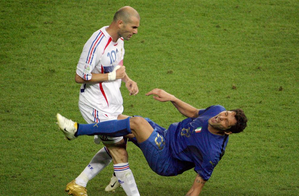 1) Это фото 9 июля 2006 года сделано сразу после того, как игрок французской сборной по футболу Зинедин Зедан ударил головой итальянского защитника Марко Матерацци в финале Чемпионата мира 2006 года в Берлине. (JOHN MACDOUGALL/AFP/Getty Images)