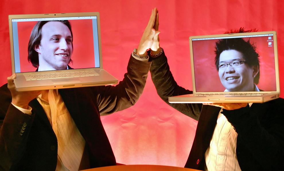 2) Сооснователи видео ресурса «YouTube» 29-летний Чад Херли (слева) и 27-летний Стивен Чен позируют со своими ноутбуками в офисе «YouTube» в Сан-Матео, Калифорния, 29 марта 2006 года. (AP Photo/Tony Avelar, File)