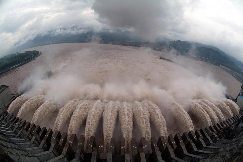 5) Восемнадцать шлюзов открылись на плотине «Three Gorges» 22 июля 2007 года в Уичанге, центральная китайская провинция Хубэй. Шлюзы предназначены для спуска паводковых вод, дошедших до критической отметки. (STR/AFP/Getty Images)