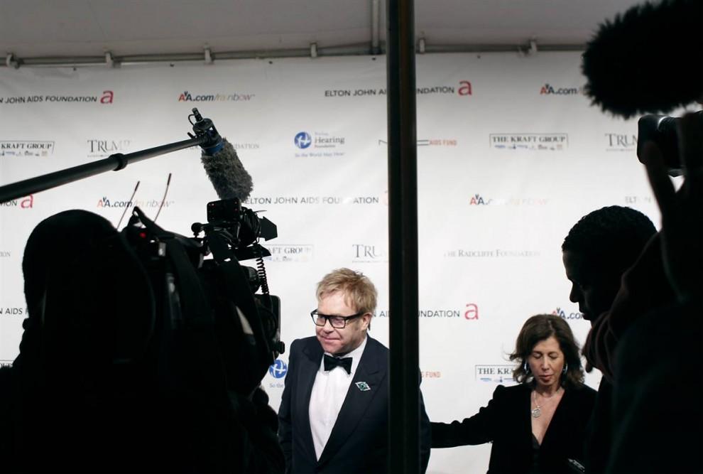 3. Певец Элтон Джон прибыл на прием «An Enduring Vision» в честь собственной организации борьбы со СПИДом в Нью-Йорке. (Lucas Jackson / Reuters)