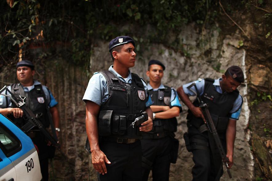 3. Полиция патрулирует недавно «усмиренный» район трущоб Вавилония 3 декабря 2009 года в Рио-де-Жанейро. (Photo by Spencer Platt/Getty Images)