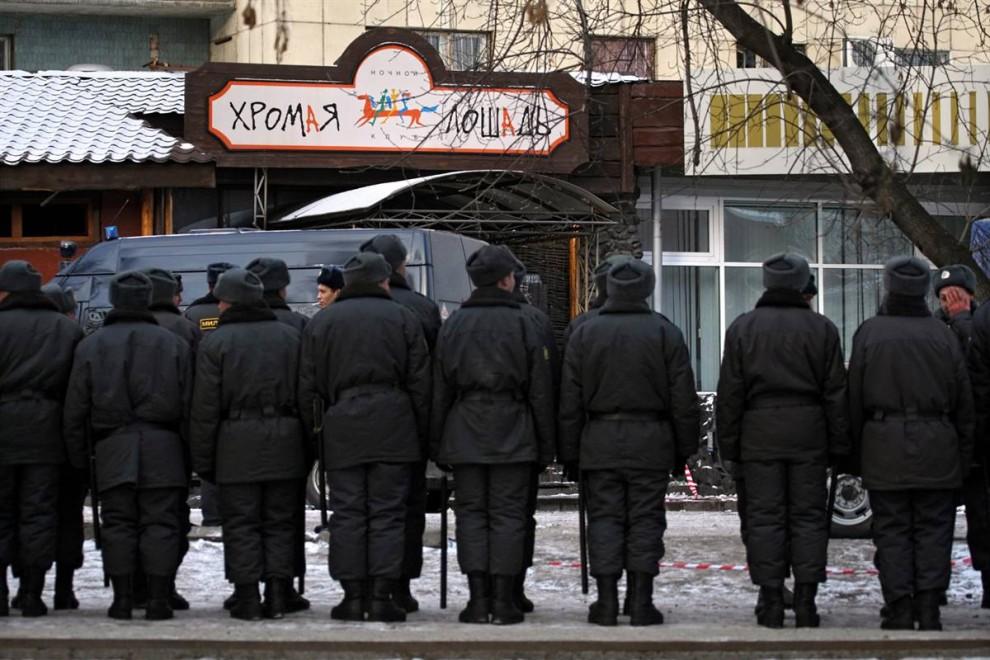 3. Милиция охраняет вход в ночной клуб. (Sergei Ilnitsky / EPA)