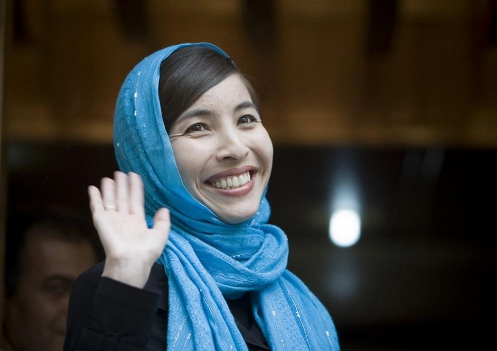 3. Американская журналистка Роксана Сабери, выпущенная из тюрьмы в понедельник, машет в камеры репортерам у своего дома в Тегеране 12 мая 2009 года. Адвокат Сабери заявил, что у нее хорошее настроение и что она уже на следующей неделе может покинуть Иран после того, как с нее сняли обвинения в шпионаже для США. (REUTERS/Morteza Nikoubazl)