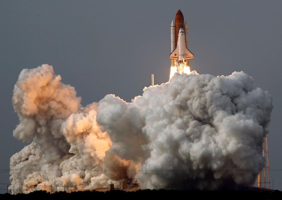 3) Шаттл Endeavour стартует с мыса Канаверал во Флориде. (Chip Somodevilla/Getty Images News/ fotobank.ua / 15 июля 2009/ США, мыс Канаверал)