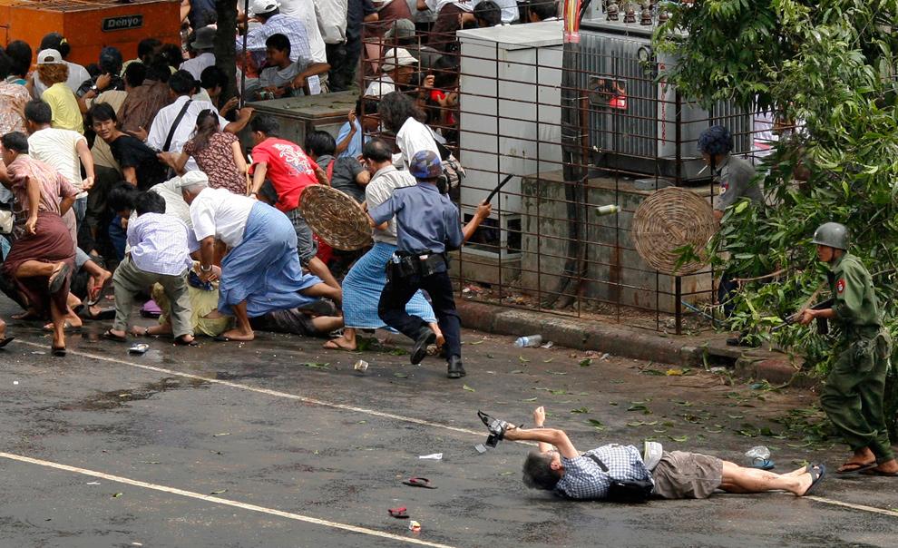 6) Журналист Кенджи Нагай из агентства «AFP» лежит раненный, после того как полиция и военные начали стрелять в демонстрантов в центре Янгона 27 сентября 2007 года. 50-летний Нагай был застрелен военными, которые пытались разогнать толпу демонстрантов. (REUTERS/Adrees Latif)