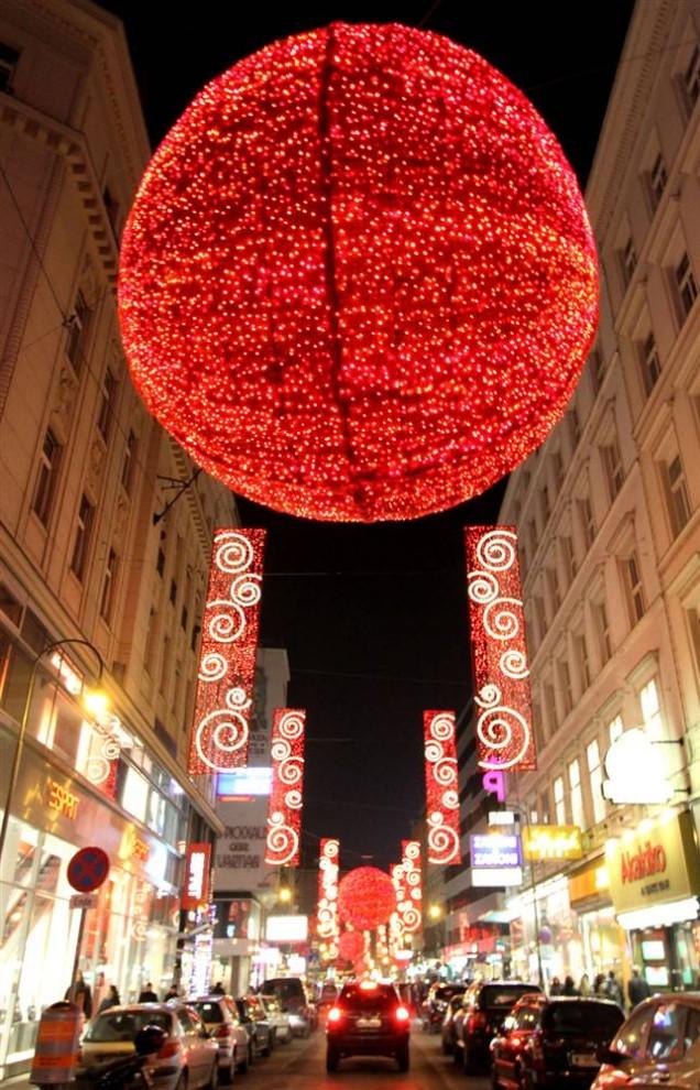 3. Рождественские украшения светятся в старом городе Вены, Австрия. Город «загорелся» 27 ноября в преддверии праздников. (Joe Klamar / AFP - Getty Images)