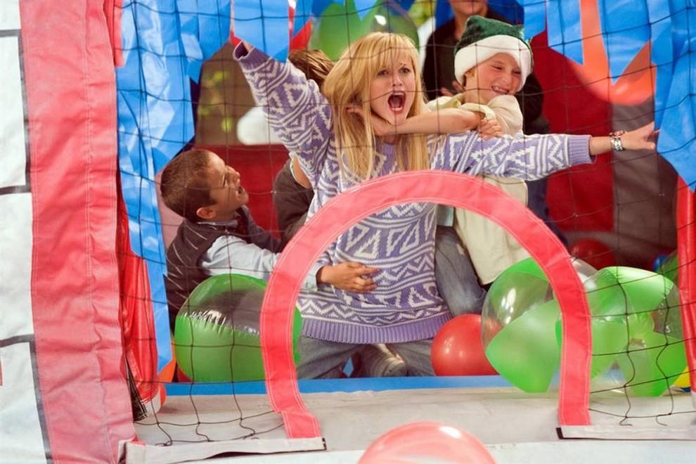 3. В фильме «Четыре Рождества» (2008) Риз Уизерспун (в центре) и Винс Вон играют парочку из Сан-Франциско, которым предстоит навестить всех своих разведенных родителей, чтобы поздравить их с Рождеством. (New Line Cinema)