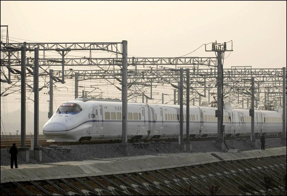 3) © REUTERS/China Daily // Высокоскоростной поезд курсирует между Уханем и Гуанчжоу.