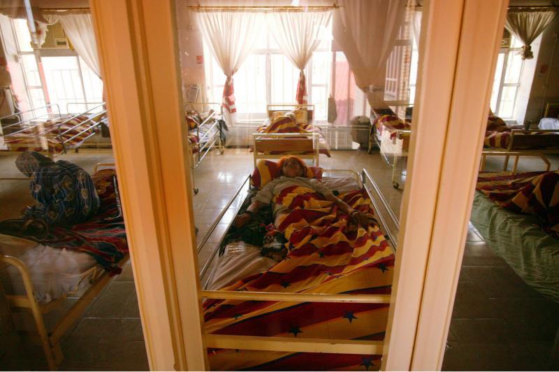 3) Пациенты отдыхают в палате в городе Рашт в провинции Хила в 330 км к северу от Тегерана 27 июня 2008 года. (UPI Photo/Mohammad Kheirkhah)
