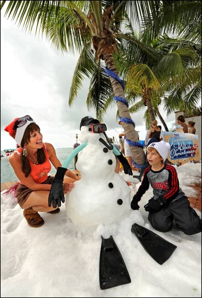 17) Рождество во Флориде с привезенным снегом. (Rob O'neal/AP)