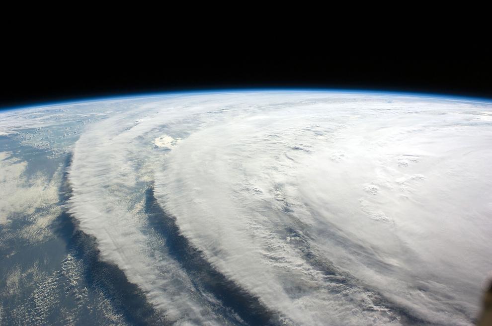 10) На этом снимке, сделанном 10 сентября 2008 года, виден ураган Айк, отслеженный командой Международной космической станции, проходящий в 220 сухопутных милях над Землей. Центр урагана был почти на 23,8 градусах северной широты и 85,3 градусах западной долготы. Он продвинулся на 300 градусов на скорости 7 морских миль в час. Стабильный ветер дул со скоростью 80 морских миль в час с порывами до 100 морских миль в час. (AFP/Getty Images)