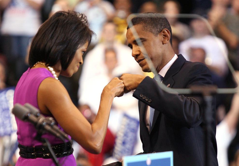 15) Кандидат в президенты от Демократической партии Барак Обама со своей женой Мишель перед произнесением речи к избирателям Южной Дакоты и Монтаны в Сент-Поле, Миннесота, 3 июня 2008 года. (REUTERS/Eric Miller)