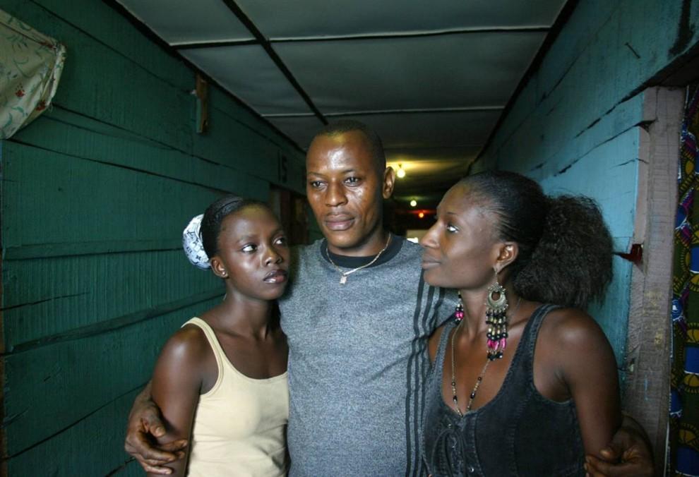 4. Чтобы выжить в трущобах Лагоса, Лигерия, девочки работают проститутками уже с 12 лет. Они не пользуются контрацепцией, поэтому многие имеют положительную реакцию на ВИЧ. Они работают на сутенеров, которые предоставляют им защиту. (Ton Koene / Zuma Press)