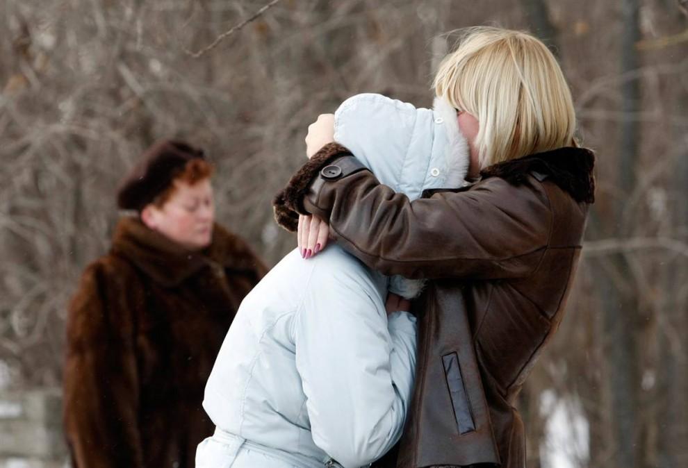 4. Родственники погибшего обнимаются, узнав о его смерти в пожаре в ночном клубе. (Denis Sinyakov / Reuters)