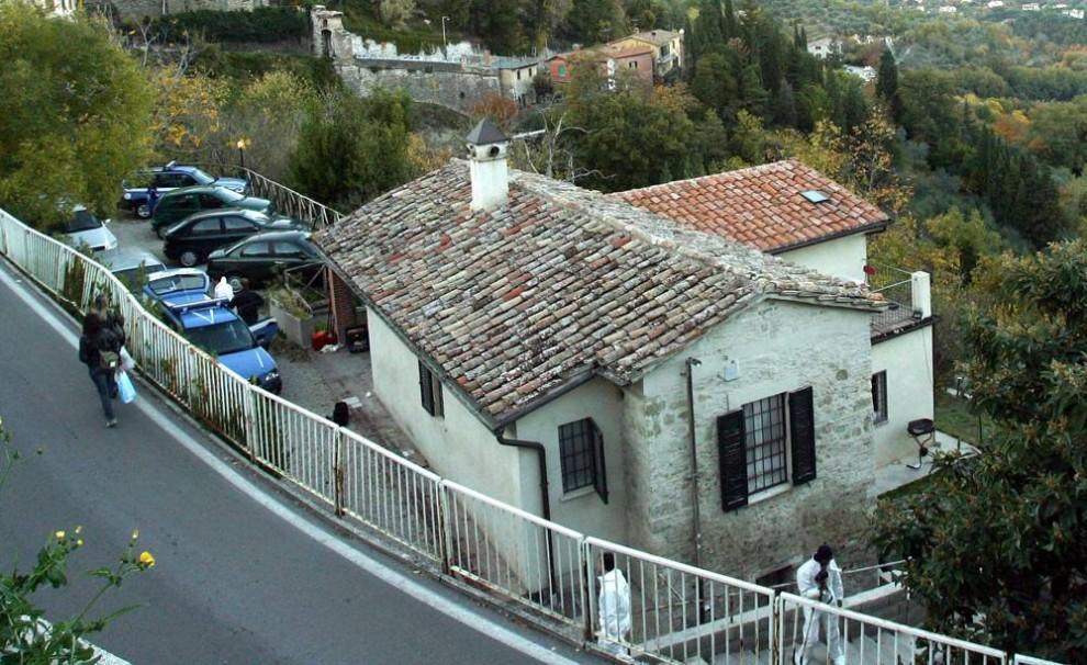 4. 5 ноября дом, который жертва зверского убийства Мередит Керчер снимала с подругой Амандой Нокс в Перуджи, Италия, стал местом преступления. (AFP - Getty Images)