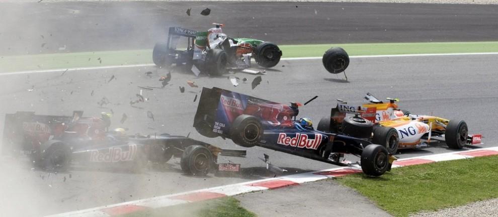 4. Пилот Формулы 1 из команды «Toro Rosso» Себастьен Бурдэ из Франции (справа) вылетает с трека, столкнувшись с товарищем по команде Себастьеном Буэми из Швейцарии (слева), немцем Адрианом Сутилом из «Force India» (сзади) и бразильцем Нельсоном Пикетом из «Renault» в начале Испанского Гран-При Формулы 1 на треке «Catalunya» в Монтмело, недалеко от Барселоны 10 мая 2009 года. (REUTERS/Josep Loaso)