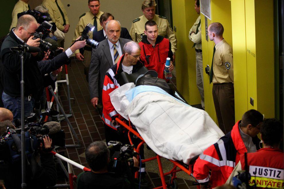 4) Обвинительное заключение гласит, что Демьянюк, попав в плен к немцам, добровольно пошел на службу в концлагерь, где участвовал в уничтожении евреев, исходя из своих нацистских убеждений. В Собиборе было убито около 250 тысяч евреев. (Miguel Villagran/ Getty Images News/ fotobank.ua / 1 декабря 2009/ Германия, Мюнхен)