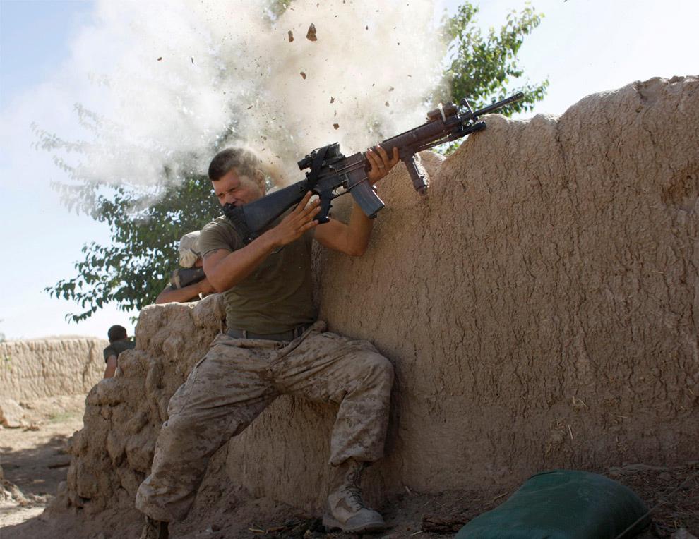 16) Морпех из 24-го экспедиционного отряда МП отделался малой кровью после перестрелки с боевиками «Талибана» недалеко от Гармсера в провинции Гильменд 18 мая в Афганистане. (REUTERS/Goran Tomasevic)