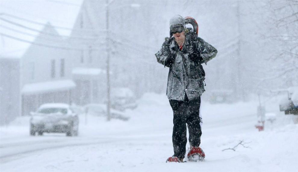 1. Обутый в снегоступы, Том Морини идет к другу во время метели в Дерри, Нью-Хэмпшир, в среду 9 декабря. Метеорологи обещают, что в некоторых частях Нью-Хэмпшира выпадет до 30 см снега.