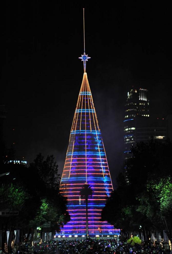4. Рождественская елка с огнями и гирляндами на Реформа Авеню в Мехико 5 декабря. Искусственное дерево составляет 111 метров в высоту. (Alfredo Estrella / AFP - Getty Images)