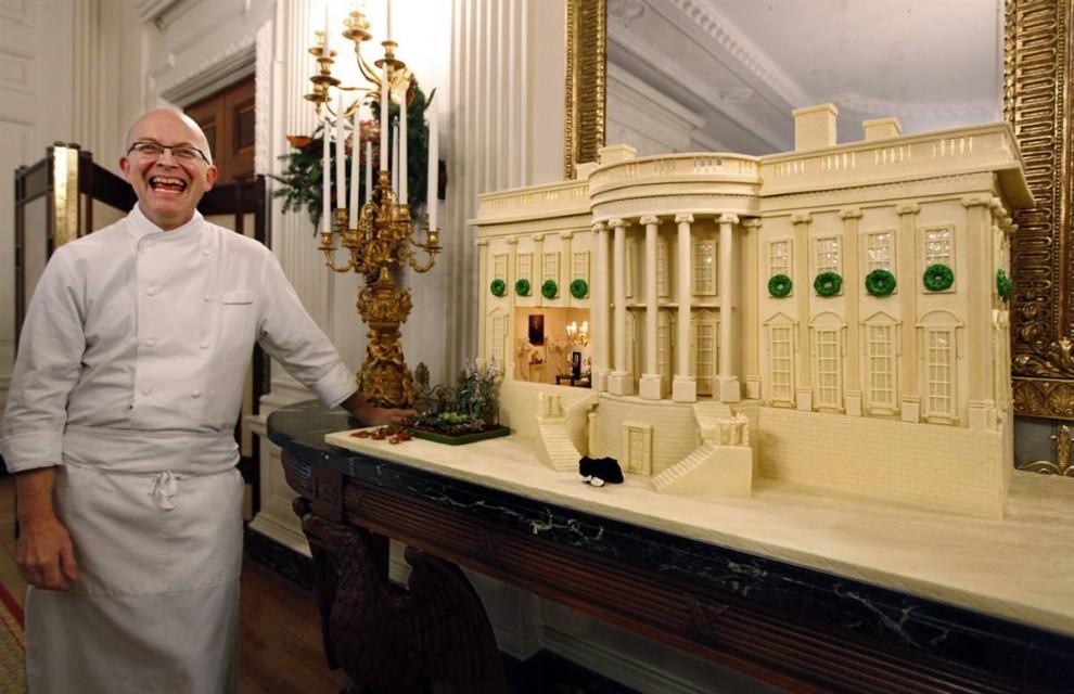 4. Шеф-повар Белого дома Билл Йоссес позирует рядом с миниатюрной скульптурой из марципана и шоколада в столовой Белого дома. Эта копия Белого дома 142х73 см весит 63 кг и сделано из имбирного пряника, облитого 13 килограммами белого шоколада. (J. Scott Applewhite / AP)