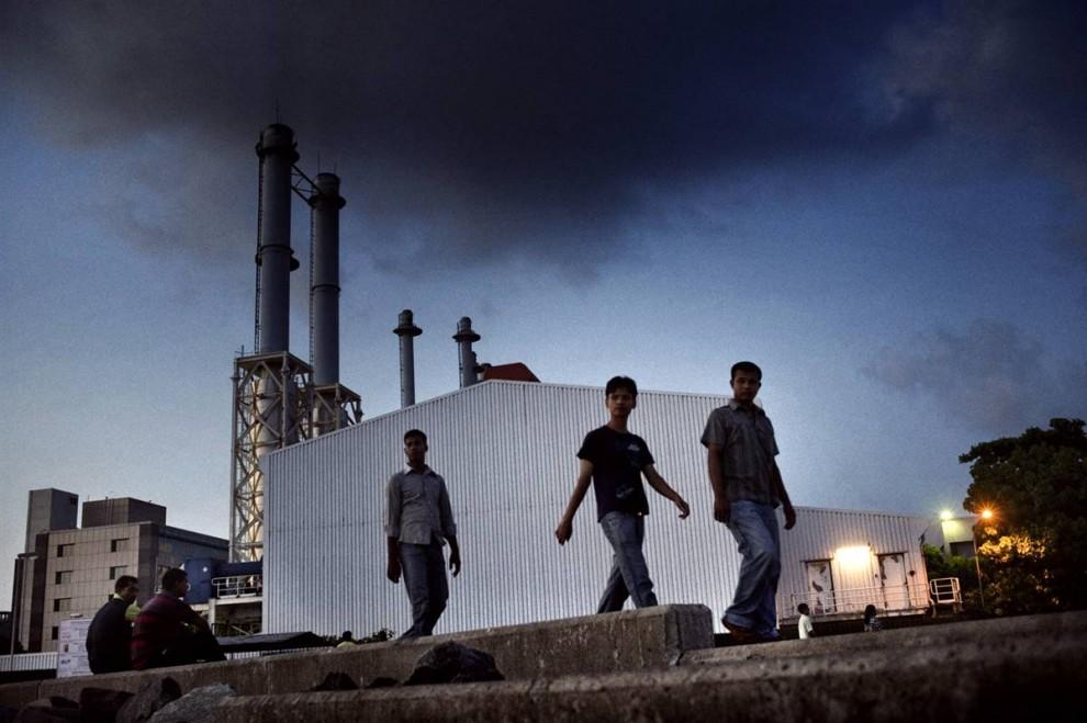4. Мальдивы планируют перейти на перерабатываемую энергию, но пока еще пользуется дизельным заводом для выработки электричества на Мале. (Francesco Zizola/Consequences by NOOR)