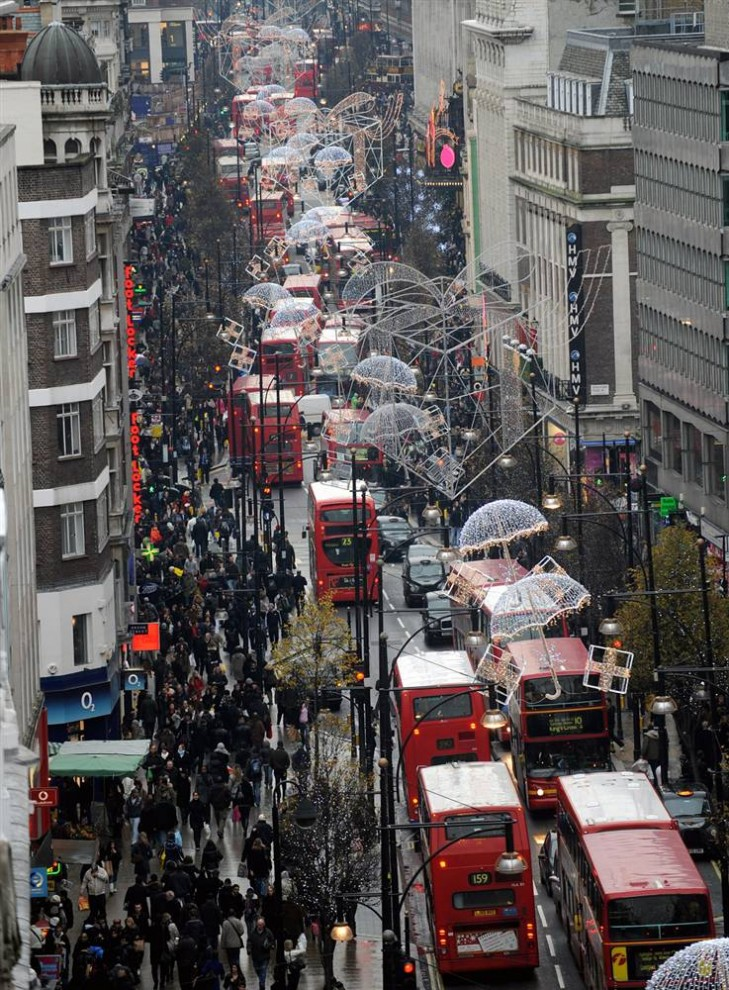 4. Толпа прохожих идет по Оксфорд Стрит, чтобы купить рождественские подарки в Лондоне . (Andy Rain/EPA)