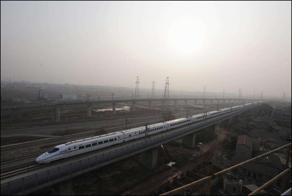 4) © REUTERS/Stringer // Открыто движение высокоскоростного поезда между Уханем и Гуанчжоу.