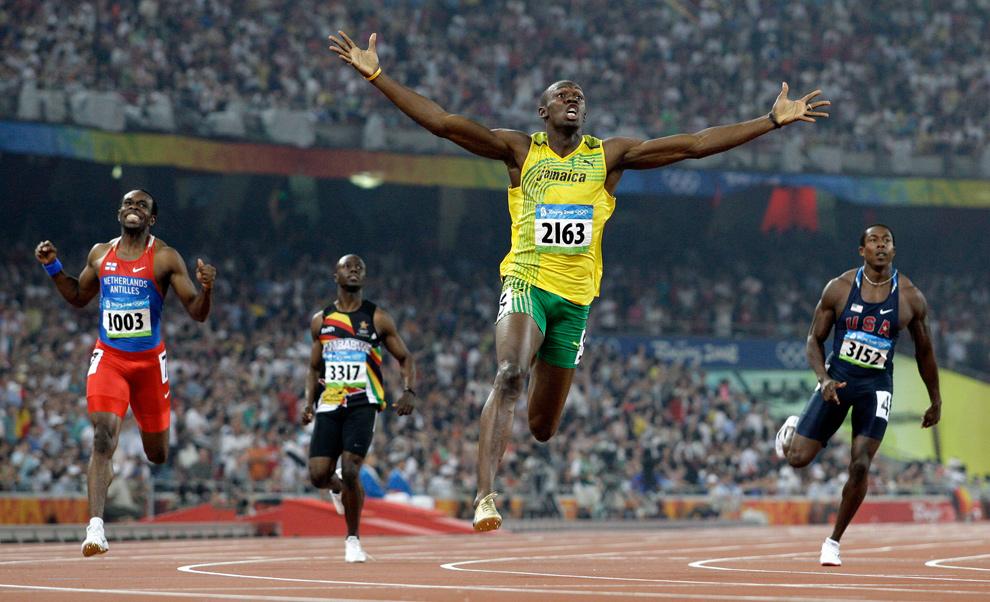 19) Усейн Болт из Ямайки пересекает финишную черту и выигрывает золотую медаль в забеге на 200 метров среди мужчин на Национальном стадионе Пекина во время Летних Олимпийских Игр 2008 20 августа. (AP Photo/Anja Niedringhaus)
