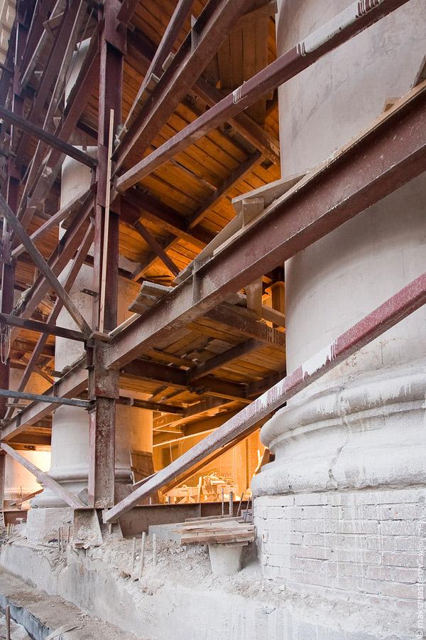 4) Колонны Большого Театра практически не затрагиваются реконструкцией - их просто покрасят и укрепят в некоторых местах