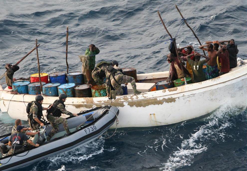 24) На этом фото, предоставленном французской армией, показаны французские солдаты, арестовывающие пиратов Сомали 12 ноября 2009 года. (AP Photo/French Army/ECPAD)