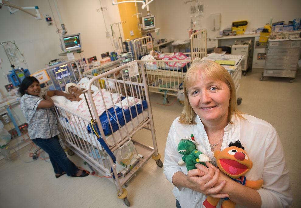 5) Опекун Мория Келли возле кроваток Тришны и Кришны после успешно проведенной операции.