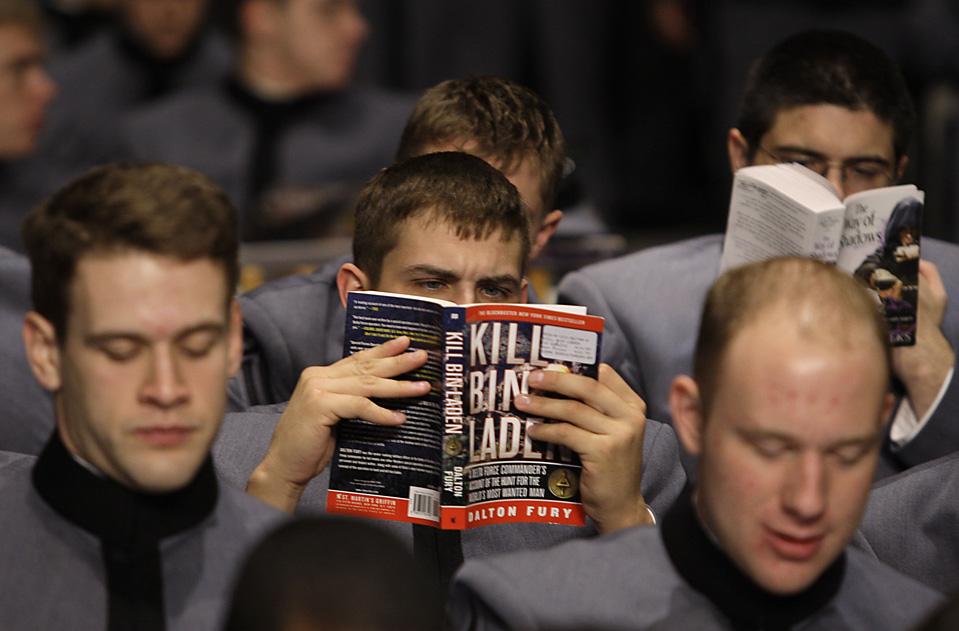 5) Кадет читает в ожидании начала выступления Барака Обамы в американской военной академии в Вест-Пойнте, штат Нью-Йорк. Во время своего выступления Барак Обама рассказал о своей политике в Афганистане. (Julie Jacobson/Associated Press)