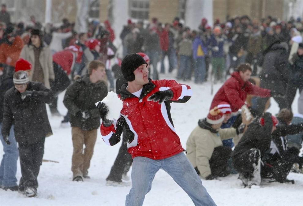 2. Студенты университета Висконсин-Мэдисон играют в снежки на Бэском Хилл в Мэдисоне, штат Висконсин. (Andy Manis / Getty Images)