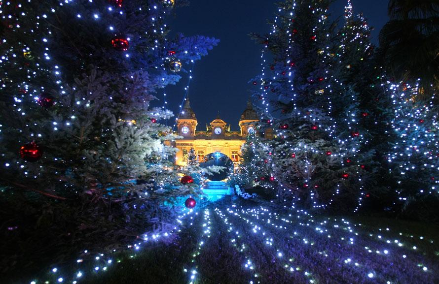 5. Новогодние елки украшают площадь перед казино Монте-Карло в Монако. (AP Photo / Lionel Cironneau)