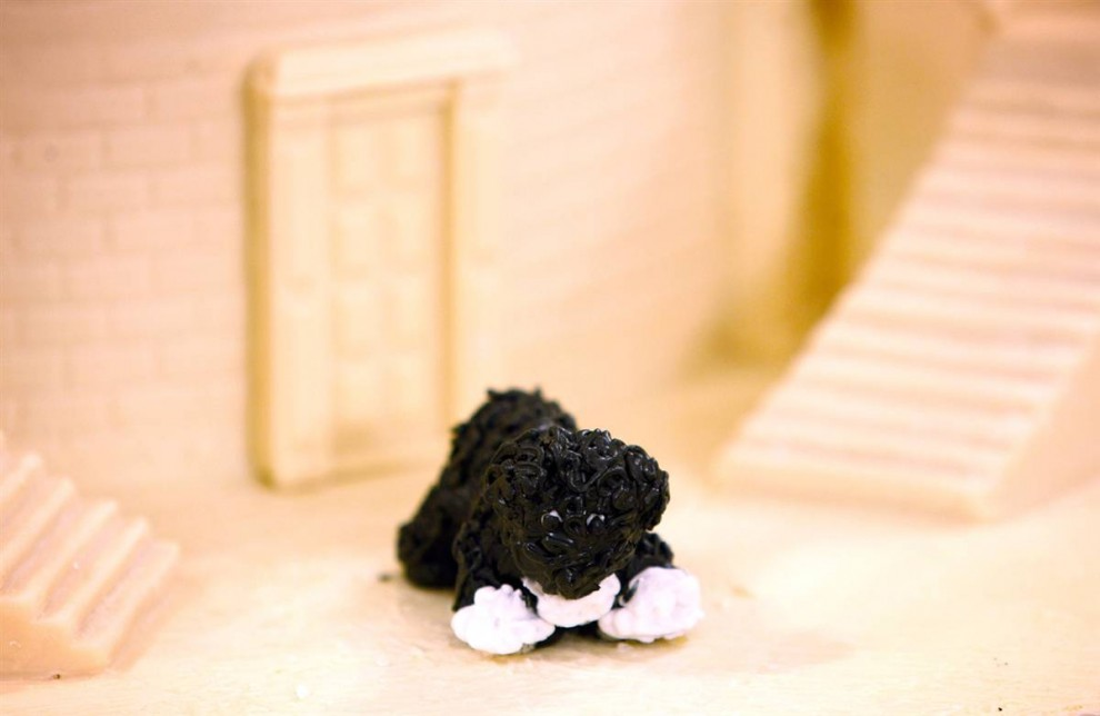 """5. Съедобная мини-фигурка президентской собаки Бо в ежегодном имбирном домике в главной столовой Белого дома. Тема рождества в Белом доме в этом году звучит так: «Отображай, радуй, обновляй» (""""Reflect, Rejoice, Renew""""). (Alex Wong / Getty Images)"""