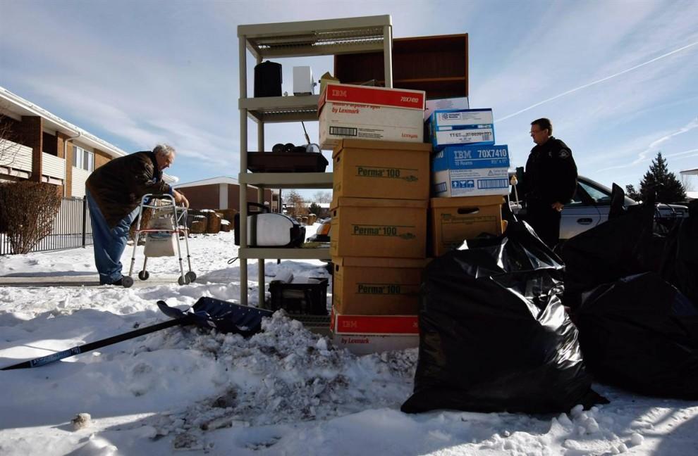 5) Лессер проходит мимо своих вещей, которые вынесли из его квартиры после выселения. (John Moore/Getty Images)