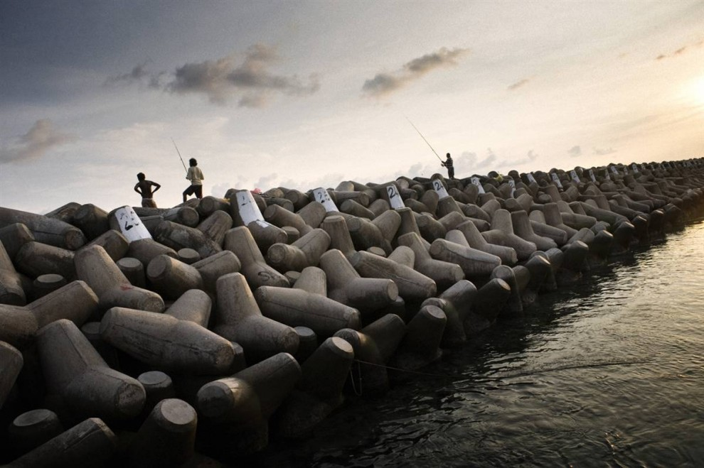 5. Прокладывание морской стены стоимостью в 60 миллионов долларов было профинансировано Японией. Стена огибает Мале почти на 6 км и составляет 3 метра в высоту. (Francesco Zizola/Consequences by NOOR)