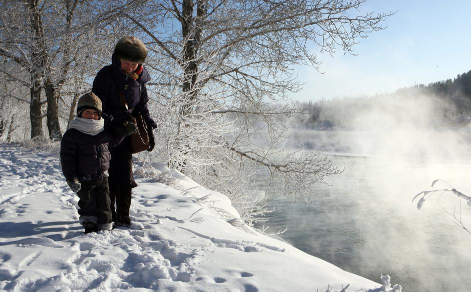5. Генриетта Фицек взяла своего двухлетнего внука Хадсона Эннса на короткую прогулку на замерзшую реку Бау в Калгари.