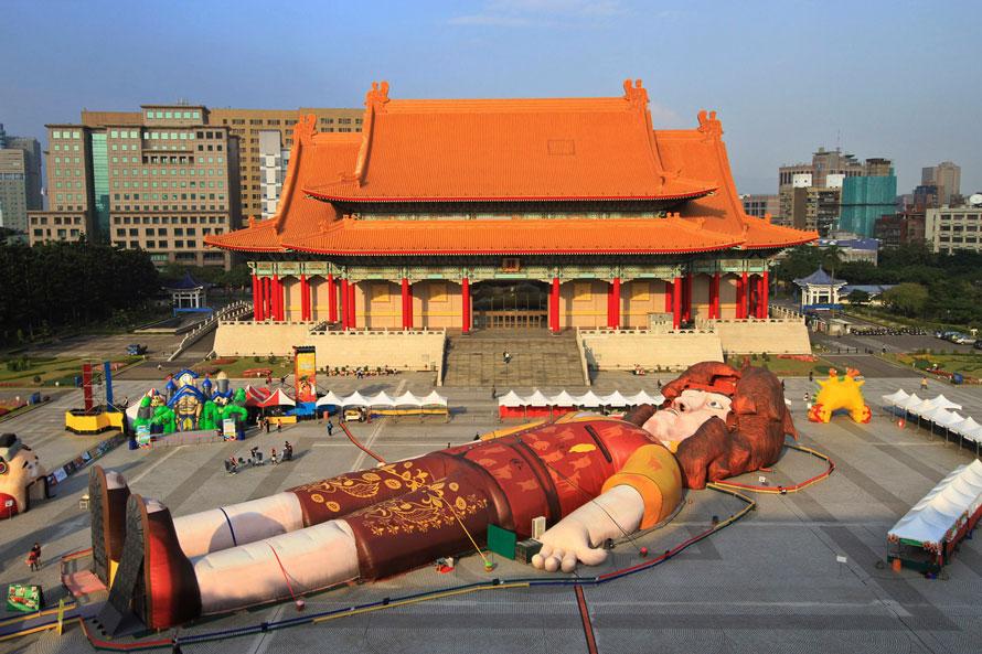 5. Огромный Гулливер, названный Книгой рекордов Гиннеса самой большой надувной фигурой в мире, в процессе надувания на площади Чианг Каи-шек в Тайбэе, Тайвань. Огромный «шарик» составляет 59 метров в длину и 6 метров в высоту, а весит он 12 тонн. (AP Photo)