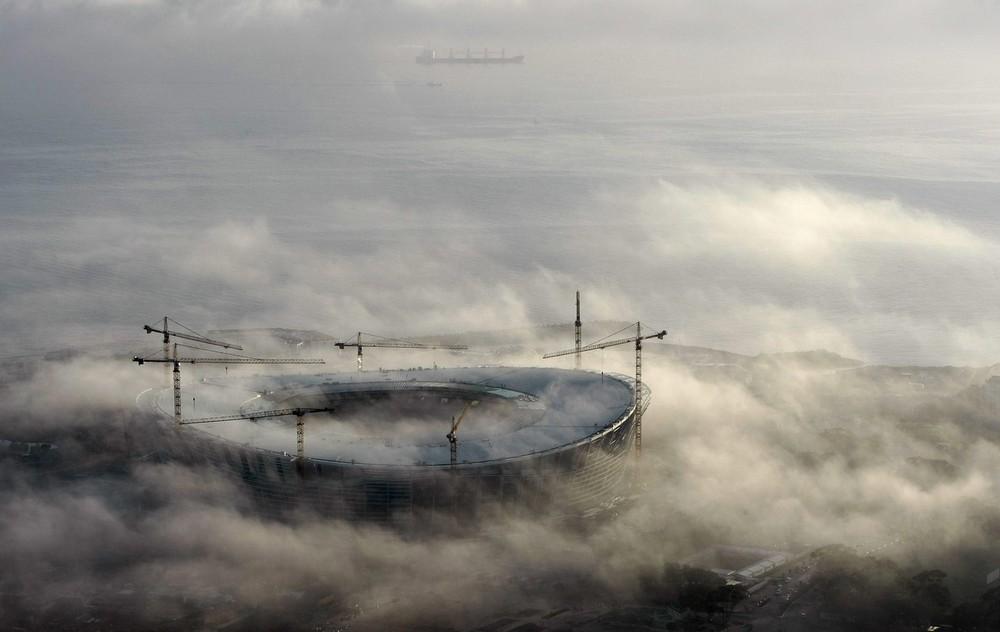 5) Утренний туман окутывает стадион «Green Point» для Чемпионата мира по футболу 2010 в Кейптауне 25 августа 2009 года. Южная Африка будет принимать у себя Чемпионат мира по футболу, который начинается 11 июня 2010 года. (REUTERS/Mike Hutchings)