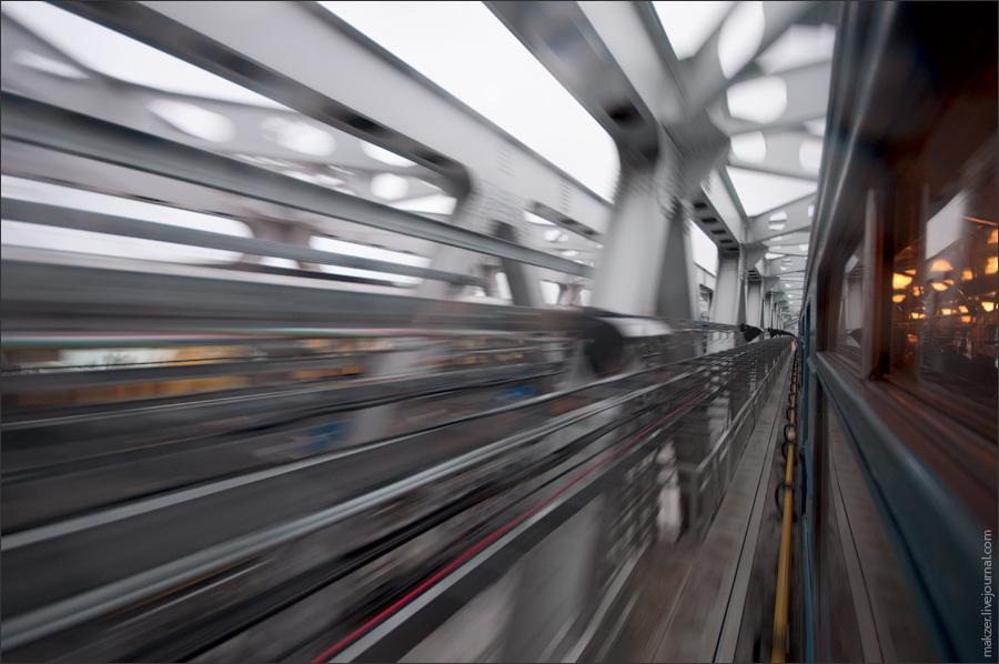 """5) На пути от """"Мякинино"""" до """"Волоколамской"""" поезд проезжает по открытому метромосту над Москва-рекой. Он сделан из металла и стекла, в таком виде он будет гармонировать с будущей застройкой окружающего района."""