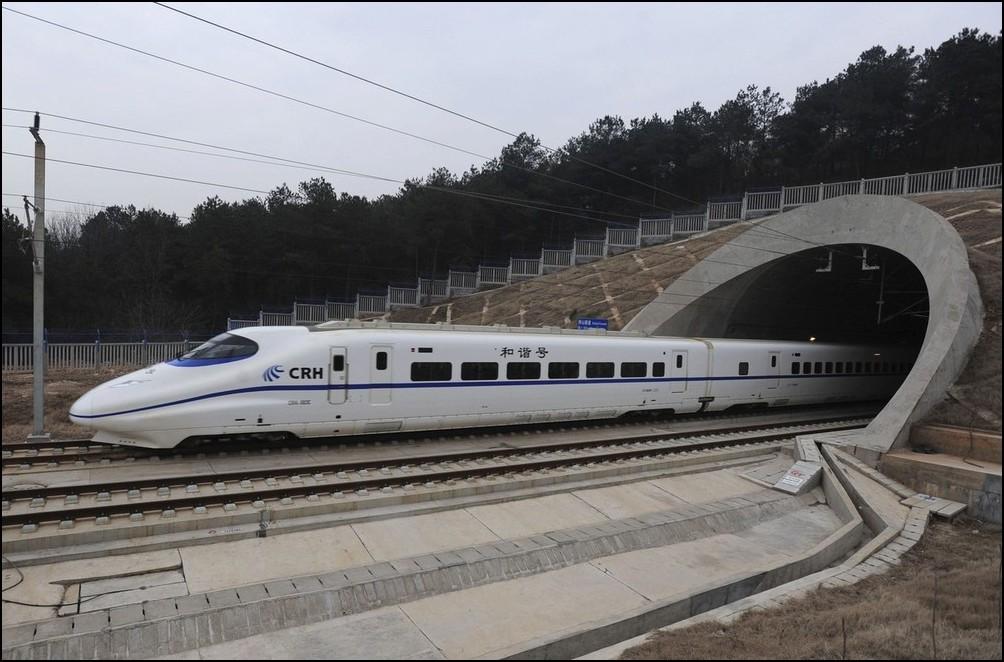 5) © REUTERS/Stringer // Максимальная скорость поезда 350 км/ч.
